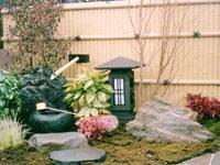 ともしび型灯篭と庭