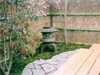 丸雪見灯篭と庭