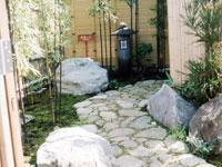 足もと丸灯籠と庭